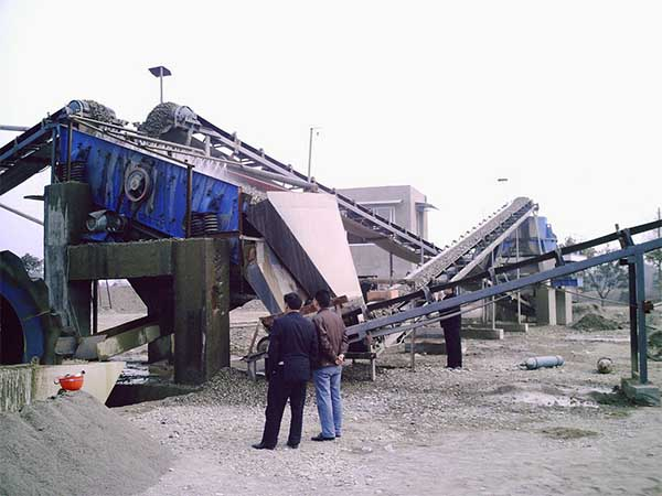 dewatering screen with sand recycling